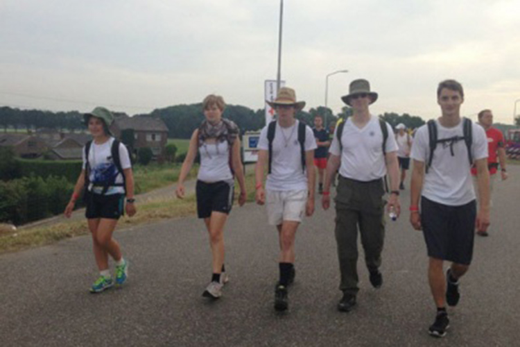 Студенты Schule Schloss Salem на прогулке