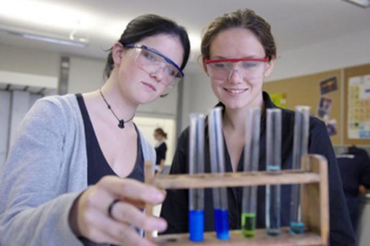 Студенты Schule Schloss Salem на лабораторном занятии