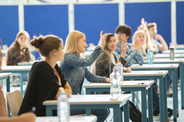 Студенты на занятии в Berlin Brandenburg International School