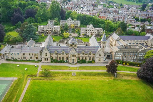 Вид на главное здание Мyddelton College