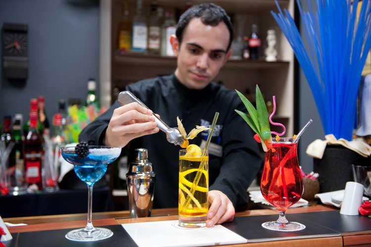 Студент готовит коктейль в L'Escola Superior d'Hostaleria de Barcelona