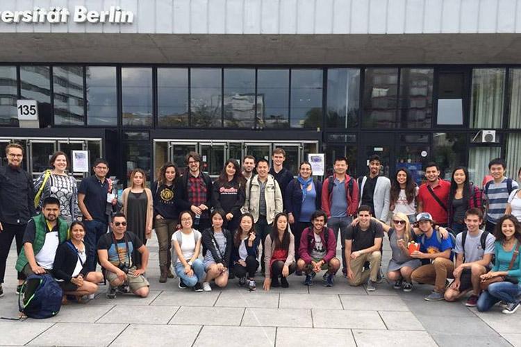 Студенты Technische Universität Berlin рядом с корпусом университета