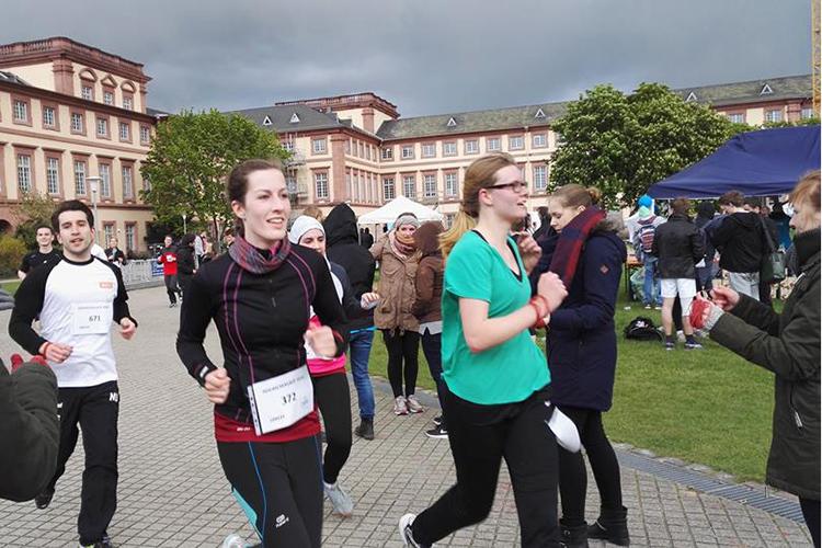 Студенты Universität Mannheim во время марафона