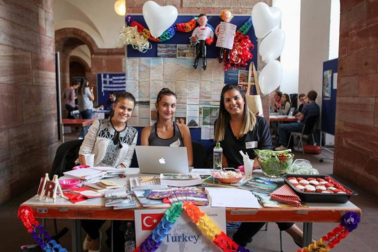 Студентки Universität Mannheim на выставке