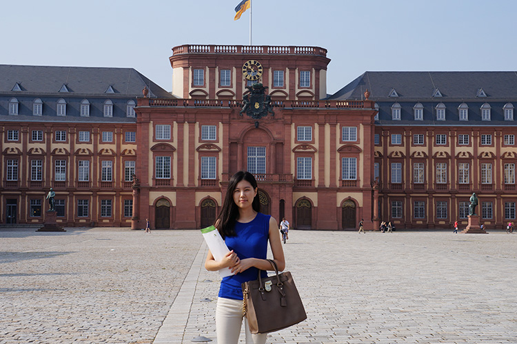 Студента рядом с главным корпусом Universität Mannheim
