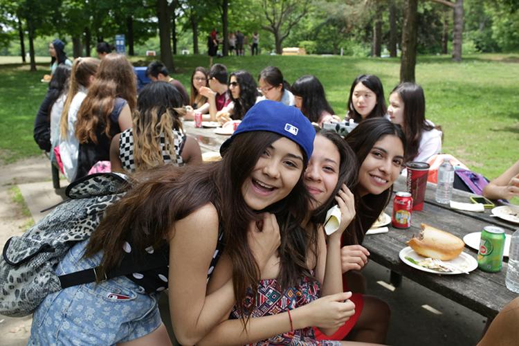Студенты школы Braemar College на пикнике