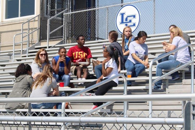 Студенты на спортивном поле Lexington Catholic High School