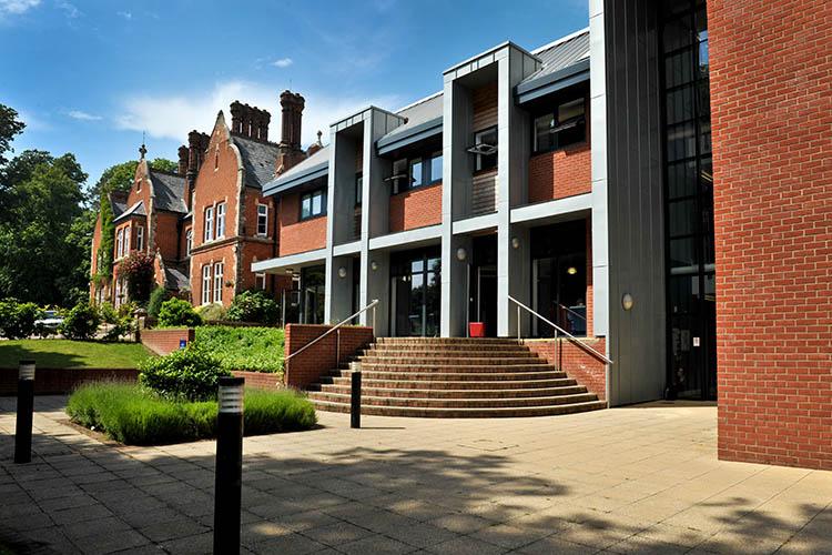 Главное здание школы Woodbridge School