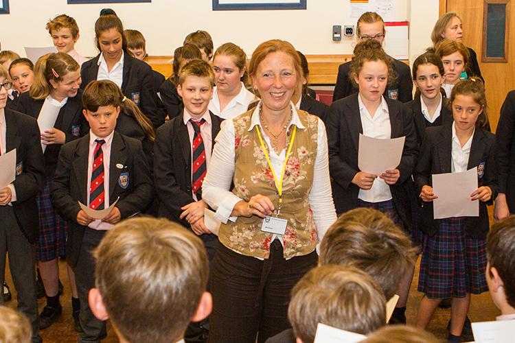 Учащиеся Woodbridge School вместе с преподавателем