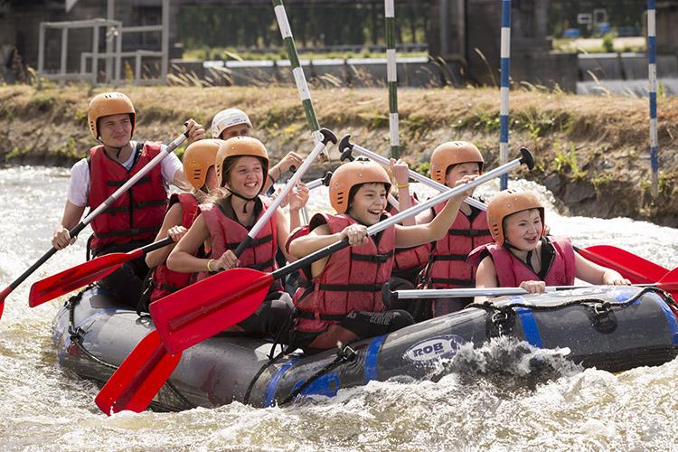 Студенты Carlsbad International School на сплаве по реке