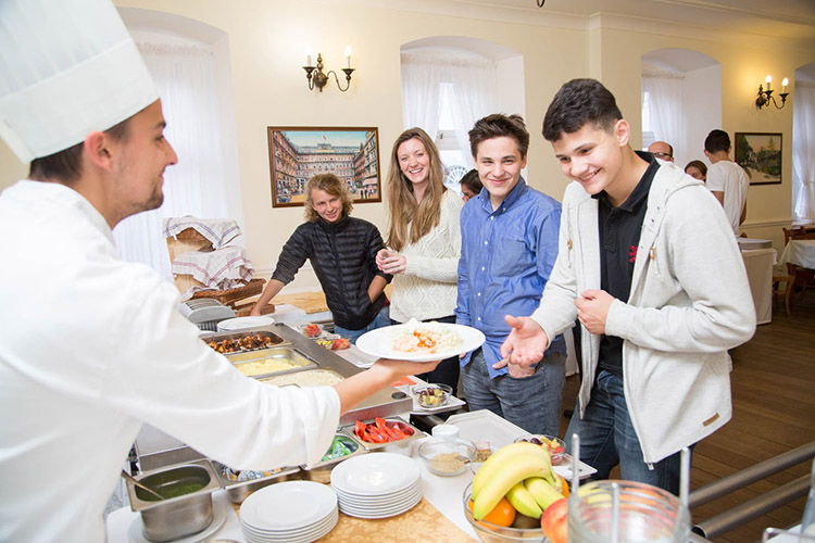 Столовая для студентов в Carlsbad International School