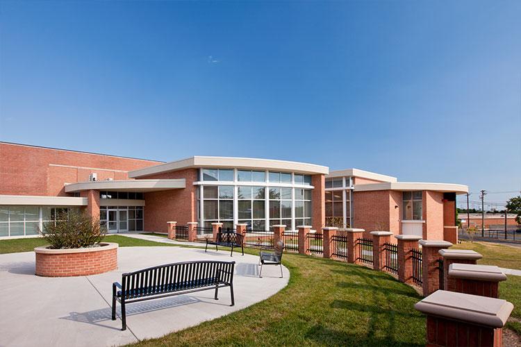 Внутренний дворик школы Archbishop Curley High School