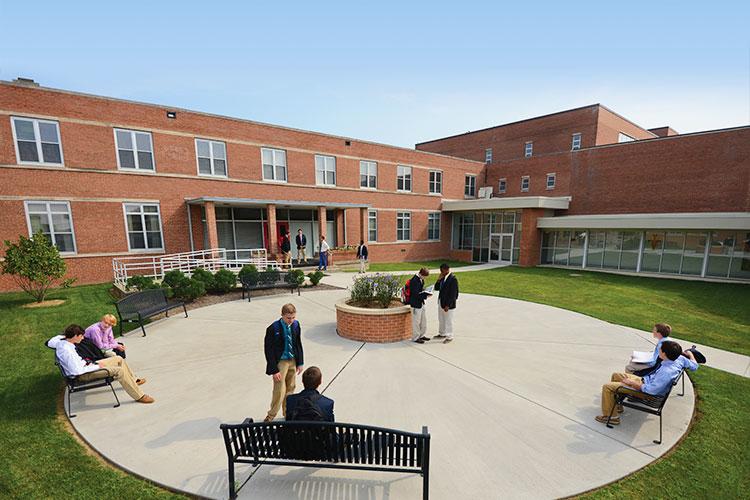 Внутренний двор Archbishop Curley High School
