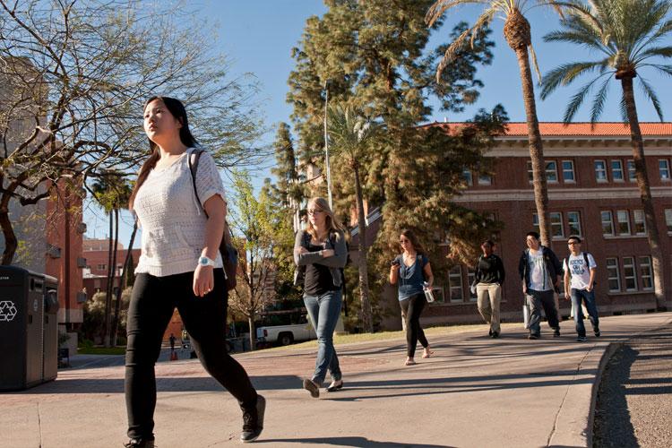 Студенты The University of Arizona на кампусе