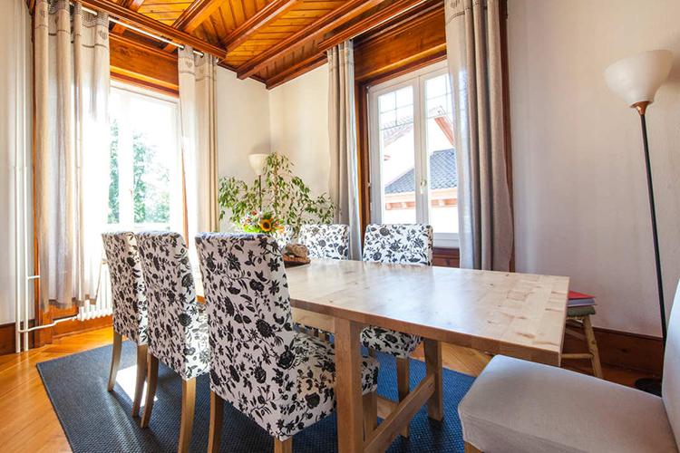 Комната для обедов в принимающей семье в Alpadia, Montreux-Riviera