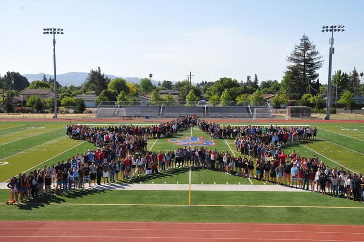 На спортивном стадионе Justin-Siena High School
