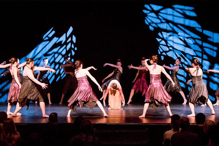 Танцевальная постановка студентов Justin-Siena High School