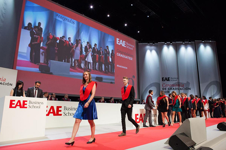 Студенты EAE, Madrid на награждении дипломами