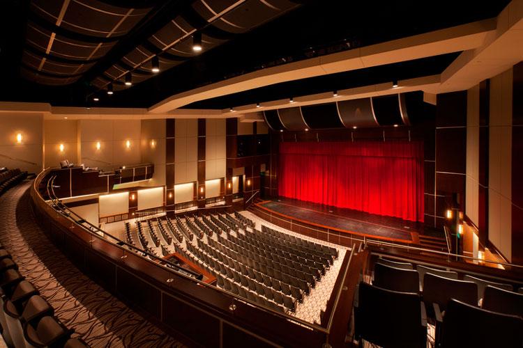 Концертно-театральный зал в Центре искусств Chaminade College Preparatory School