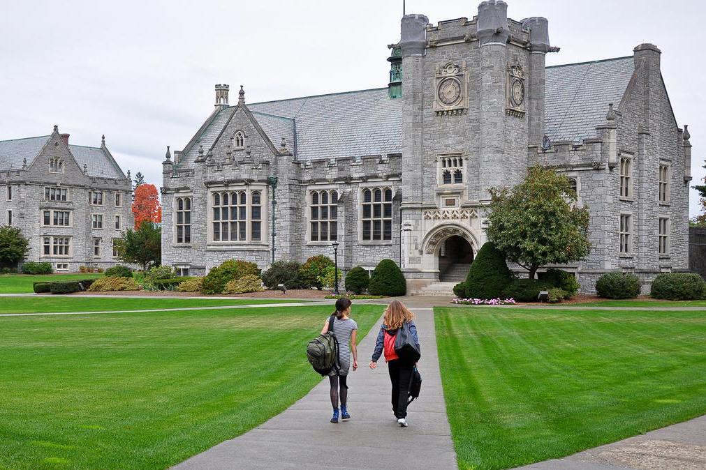 Огромная территория кампуса Emma Willard School. Есть возможность и с друзьями прогуляться, и побыть наедине с собой.
