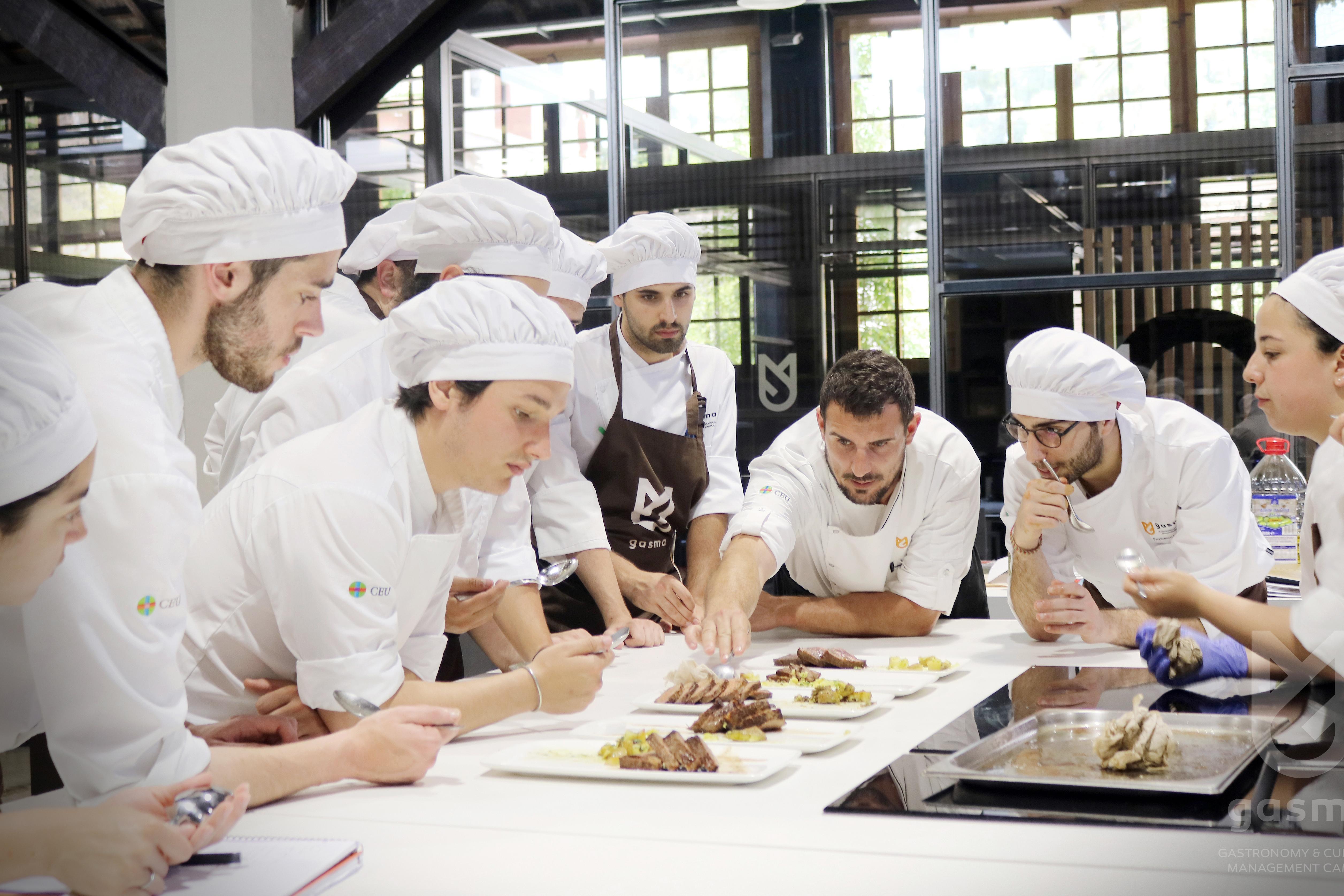 Студенты GASMA практикуют приобретенные навыки в специальных помещениях, оснащенных самой современной техникой
