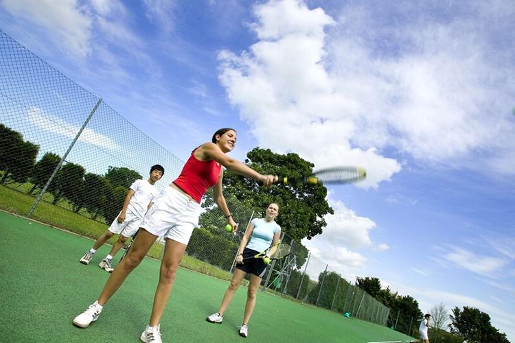 Ученицы за игрой в теннис в Bede's Summer School, Lancing