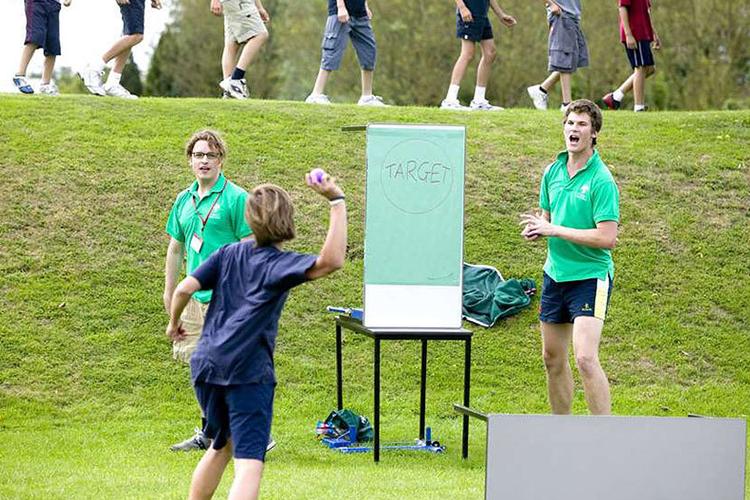Студенты играют в игры в Bede's Summer School, Lancing