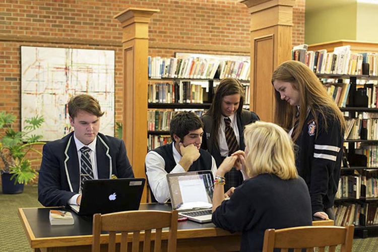 Студенты Ridley College в библиотеке