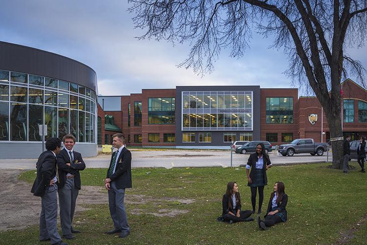 Студенты на кампусе в St. John's-Ravenscourt School