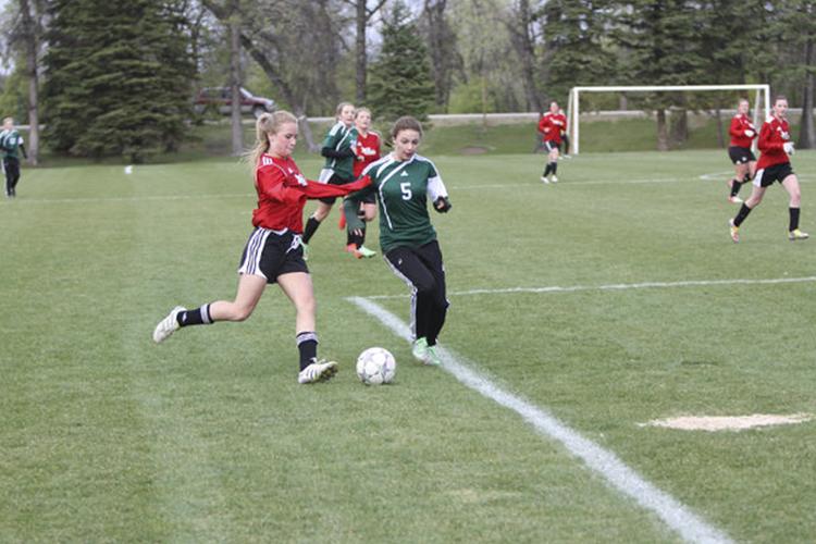 Студентки St. John's-Ravenscourt School играют в футбол