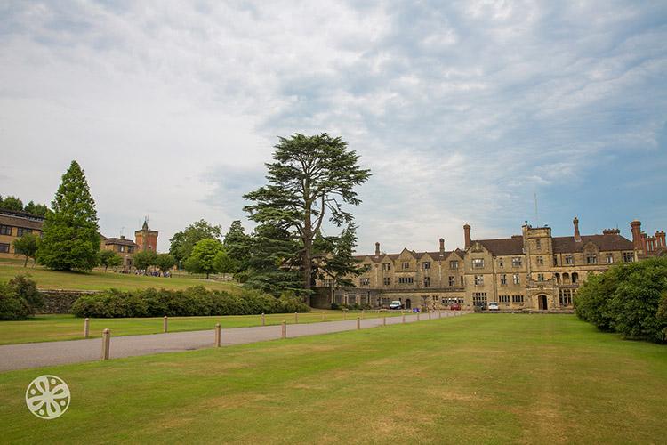 Территория школы Emerald Cultural Institute, Worth-School-Sussex