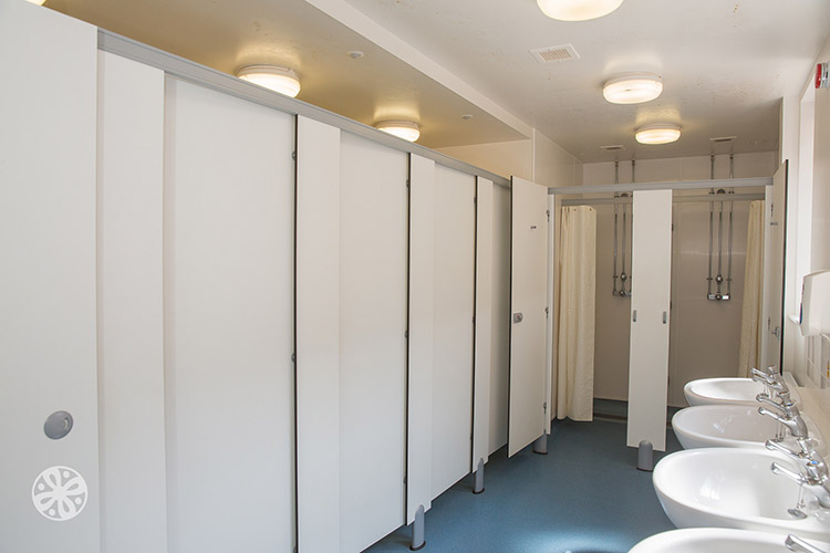 Ванная комната в Emerald Cultural Institute, Worth-School-Sussex