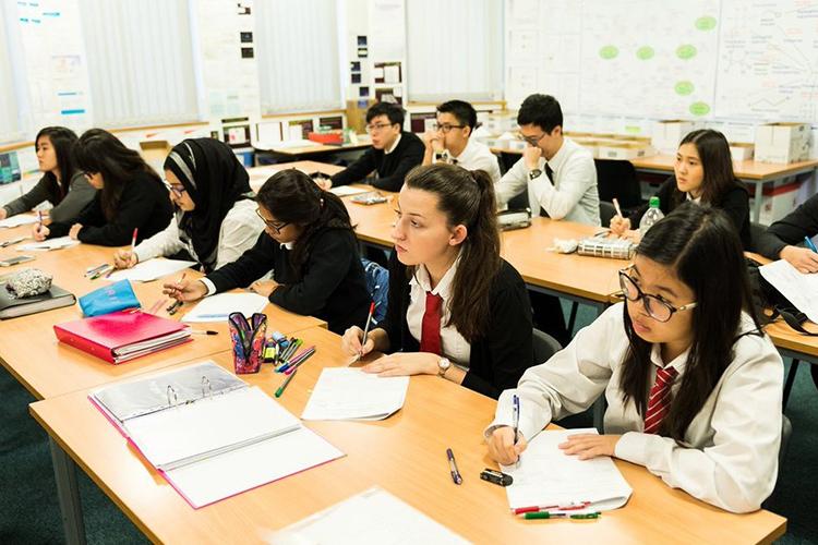 Студенты Cardiff Sixth Form College