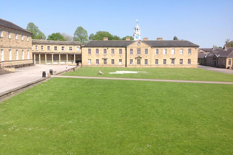 Территория школы Ackworth School