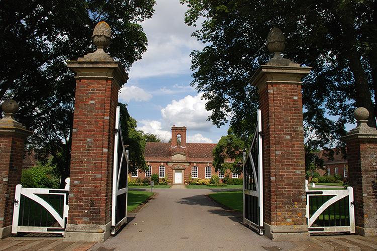 Вход в Lord Wandsworth College